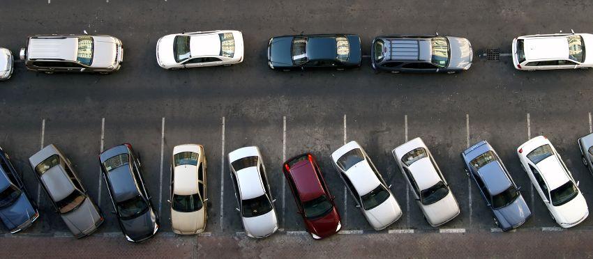 auto's op een volle parkeerplaats