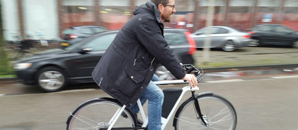 Roel op een Spaac e-bike bij blog over e-bike van de zaak