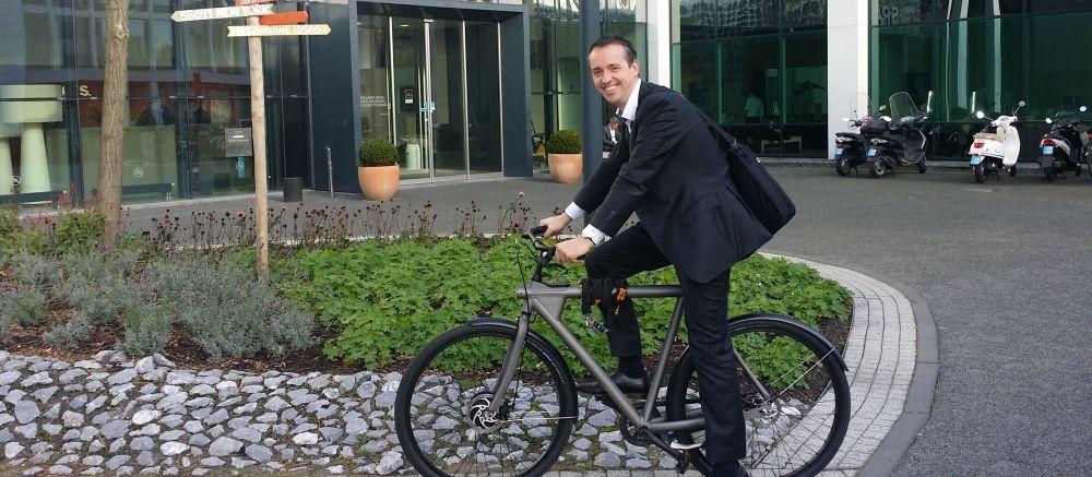 tobias op zijn Van Moof bij blog over e-bike van de zaak