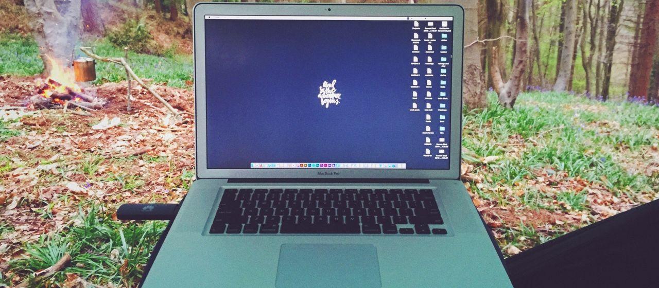 Laptop in het bos bij blog over flexibele kantoorruimte