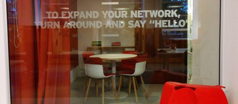 Werkplek bij Spaces in blog over flexibele kantoorruimte