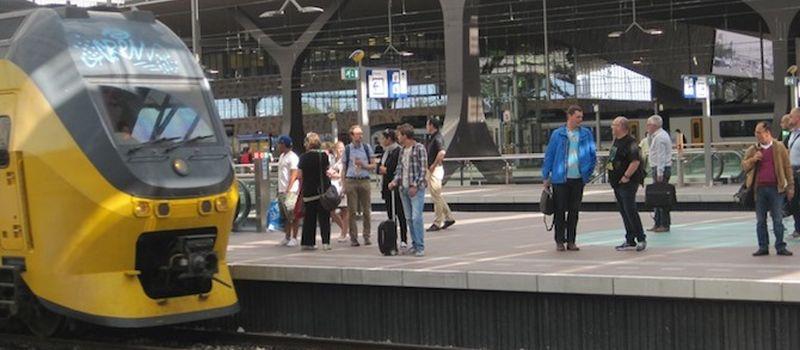 wachtende treinreizigers bij blog over meer medewerkers in de trein