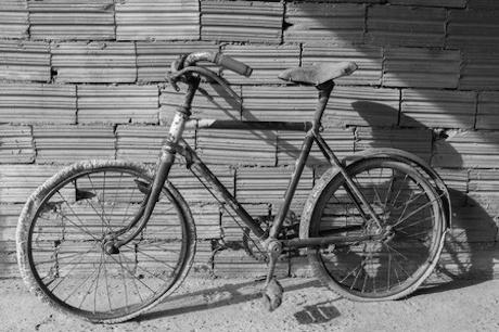 Verroeste fiets bij blog met 100 om niet na te denken over beleid op het gebied van mobiliteit