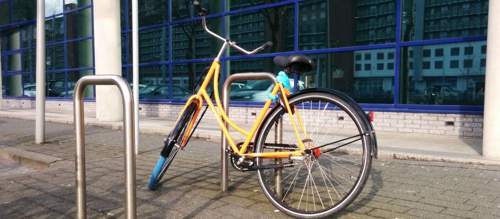 Fiets tegen een nietje bij blog over fietsenstalling voor werknemers