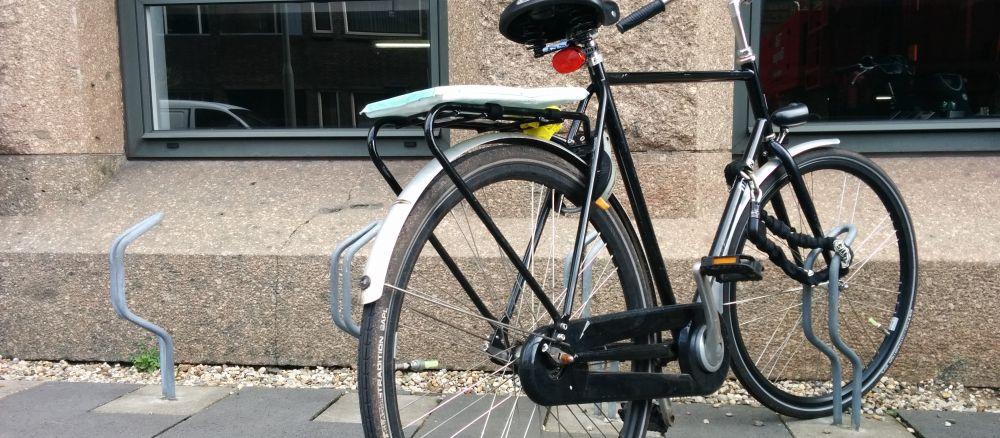 Fiets van Roel náást een voorwielvouwer bij blog over fietsenstalling voor werknemers