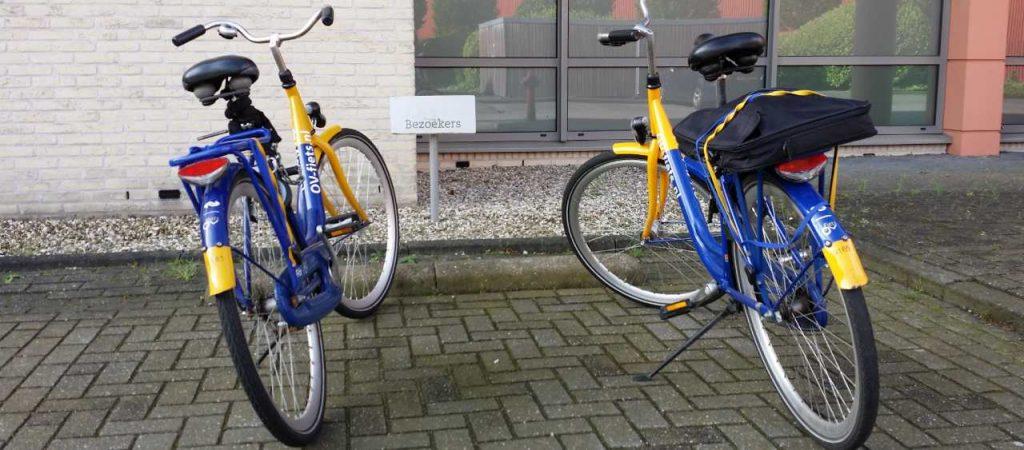 twee ov-fietsen op een bezoekersparkeerplek in Amersfoort