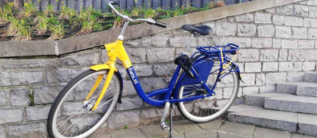ov-fiets in de zon bij het provinciehuis in Den Haag